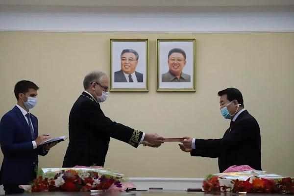 Russian Ambassadoer Alexander Matsegora (left) and DPRK Vice-FM Im Chon Il