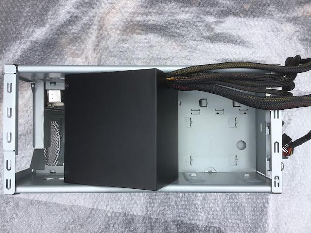 電源はケース上部から入れます
