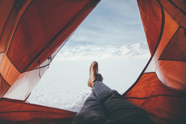 Pessoa acampando