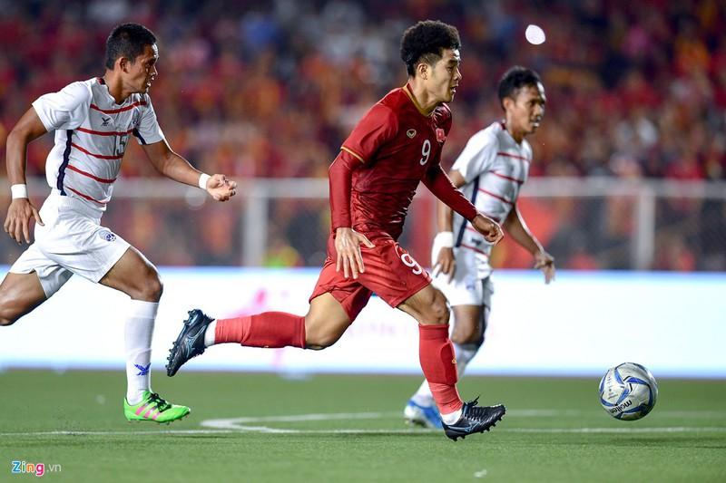 """Đức Chinh là một trong những cầu thủ được đặt nhiều kỳ vọng trong trận đấu với Indonesia sau màn thể hiện ấn tượng ở trận bán kết. Từ đầu giải, tiền đạo số 9 của U22 Việt Nam luôn ra sân với đôi giày Mizuno màu đen. Đi giày đen nhưng Đức Chinh đang rất """"đỏ"""" với 8 bàn thắng ghi được, dẫn đầu danh sách vua phá lưới SEA Games 30."""