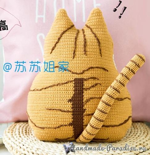 Подушка-котик из пряжи бежевого цвета