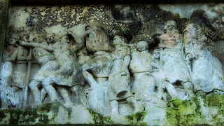 Esculturas de Orleans em Alto Relevo na Rocha Representam Passagens Bíblicas
