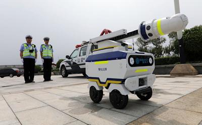 الصين تسبق الجميع وتطلق شرطي مرور عبارة عن روبوت