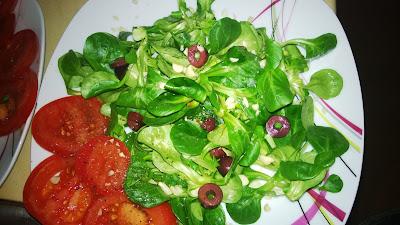 Grüner Salat mit Tomaten, Kalamata Oliven und gehackten Erdnuss kernen