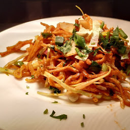 Serving Chinese bhel in a serving plate for Chinese bhel recipe