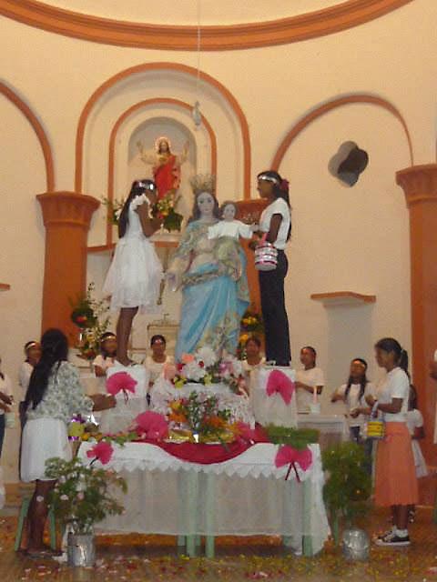 Moças enfeitam imagem de Maria Auxiliadora na paróquia do Sagrado Coração de Jesus de Taracuá