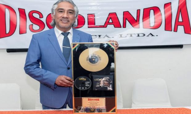 Bolivia: Discolandia entrega disco de oro al artista Willy Claure