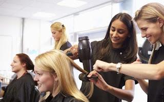 सपने में नाई से बाल कटवाना ▷ hairdresser