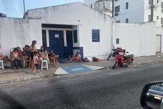 Pais formam filas e dormem em frente escolas para conseguirem vagas em João Pessoa