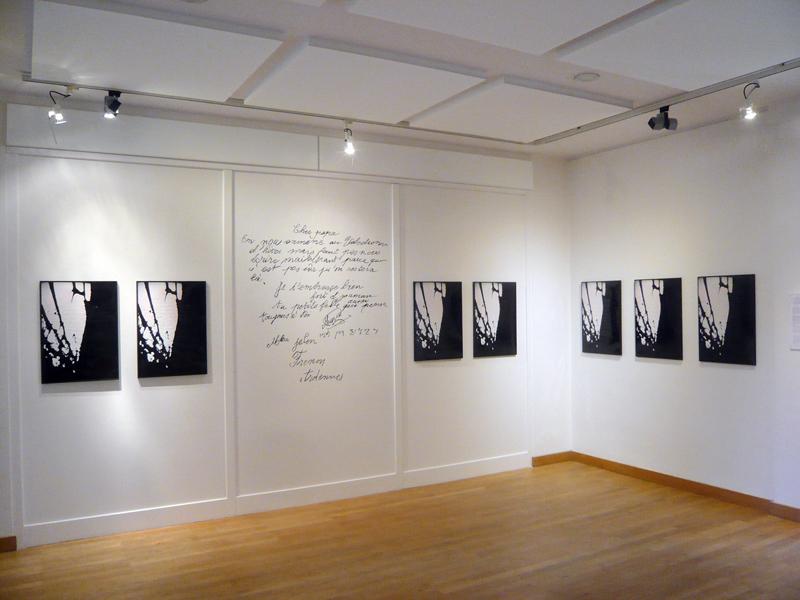 Sur un polyptique de sept photographies identiques, est superposé par la technique de la broderie sept courriers de Marie Jelen