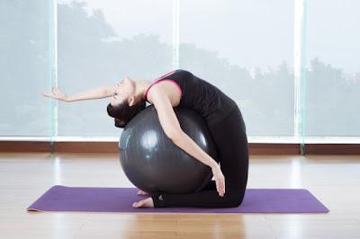 tập yoga tại nhà với bóng tập yoga