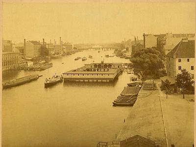 Foto von Georg Bartels der Spree Richtung Osten und Oberbaumbrücke. Im Vordergrund die Anstalt von Pfuel. Auf dem Fluss verschiedene Schiffe.