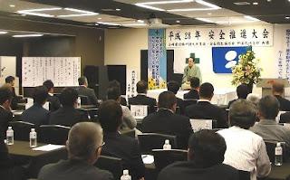 講演会講師・三遊亭楽春の安全大会講演会の風景。