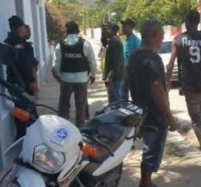 DE ÚLTIMO MINUTO. Policías persigue supuestos narcos en el malecón de Barahona