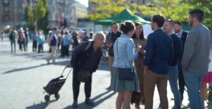 Egy idős férfi leköpte FeGyőréket - Videó