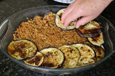 Preparación de musaka o pastel de berenjenas con carne