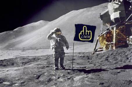 Cette image, cette photo, montre un homme en tenue de cosmonaute, ou d'astronaute, puisque le terme de cosmonaute a été appliquée pendant la guerre froide aux russes allant dans l'espace, un americain qui pose avec le drapeau an faisant le salut militaire. Or, ici, le drapeau américain a été remplacé par un drapeau arborant sur fond noir un magnifique doigt d'honneur aux contours jaunes. Cette image symbolise le refus de tout sentiment patriotique, tourne en ridicule le patriotisme en général, sentiment qui n'a pas lieu d'être et incompréhensible pour l'auteur du poème et du détournement photographique.