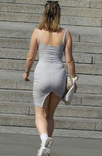 Rubia vestido corto entallado