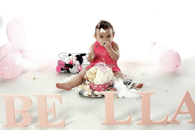 fotos bebes fazendo bagunça com bolo