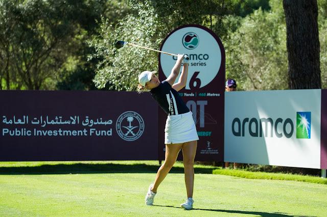 Golfista brasileira Luiza Altmann realiza terminação de sua tacada em torneio de golfe
