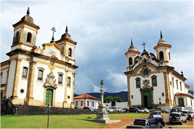 Duas igrejas em uma mesma praça