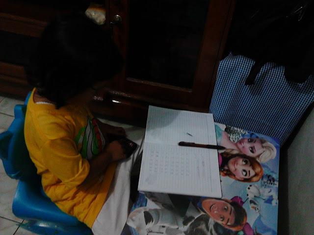 Foto : Anakku, Belajar Mengenal Angka Melalui Media Remote TV