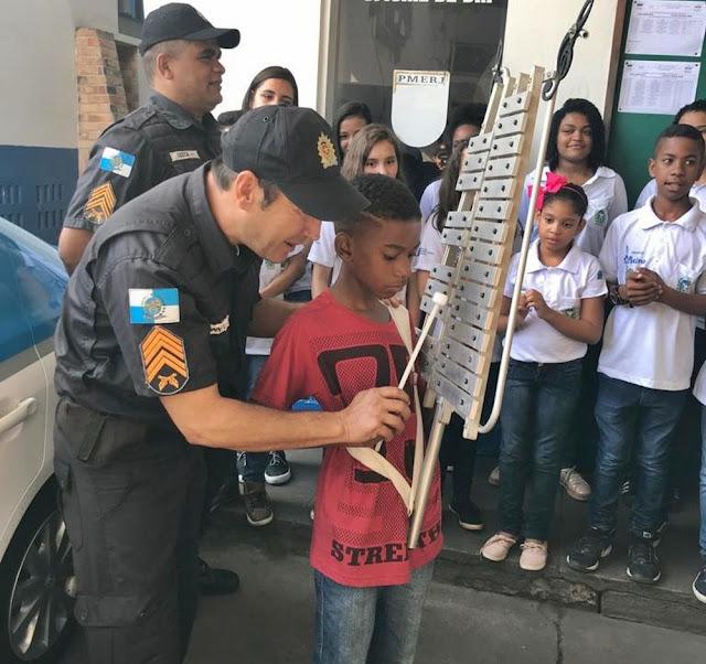 São Fidélis: PM se sensibiliza com menino que fez lira com azulejos