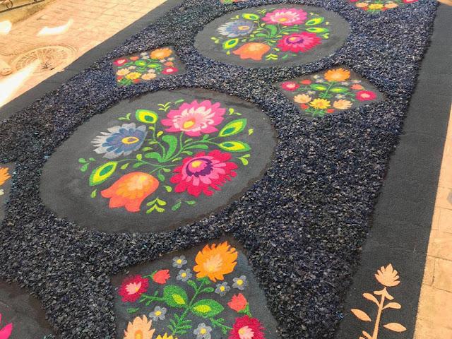 Alfombras de serrín Elche de la Sierra flores de color y negro