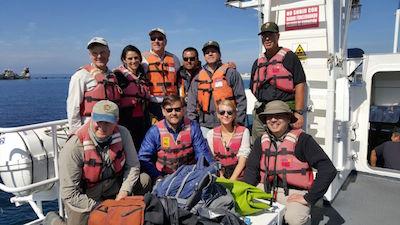 Grupo posa sobre barco
