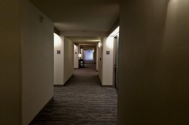 غرف نوم الفنادق بين الطراز المودرن والكلاسيكي