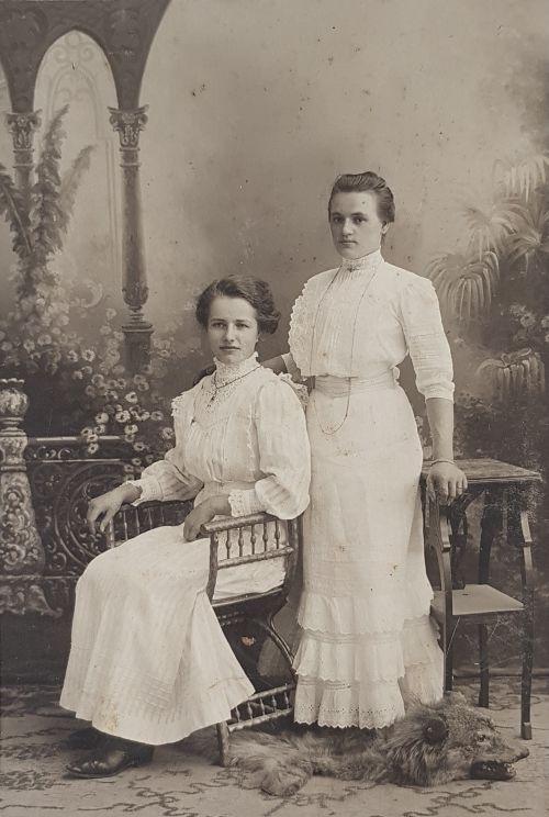 Zwei ältere Schwestern meiner Großmutter, ca. 1911