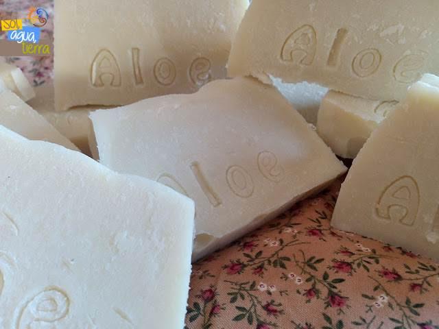 Fotografía de varias pastillas de jabón artesanal de aceite con Aloe vera y aceite esencial de árbol de té