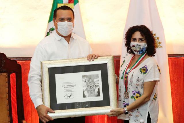 """La escritora y titiritera Andrea Herrera López recibe la medalla Héctor Herrera """"Cholo"""""""