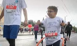 Ο 7χρονος Μιχάλης με την τετραπληγία που συγκίνησε στον Μαραθώνιο (βίντεο)