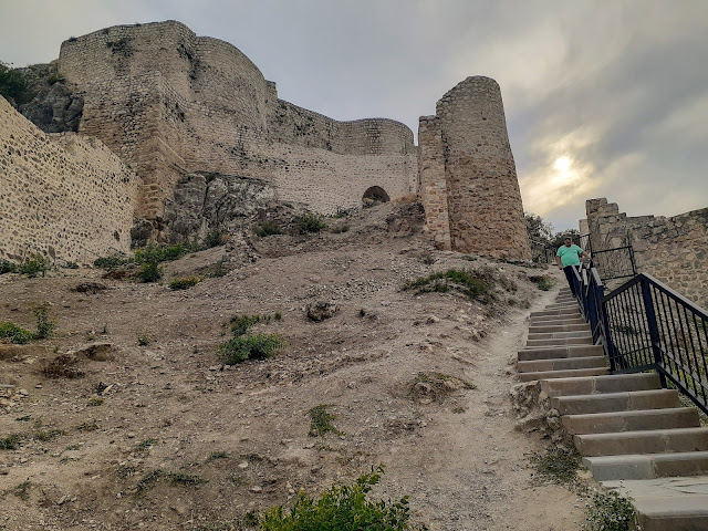 Amasya Harşena Kalesi merdivenlerden inen SMMM Ömer Demir...