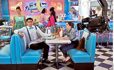 Foto: Rubén e Eva sentados em mesa da lanchonete do sr.Luis