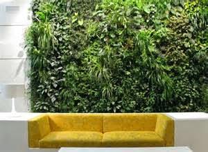 Jenis dari taman vertikal terbagi menjadi 2 yakni green facades dan living wall. Yang pertama, adalah Green Facades, merupakan desain taman vertikal yang mengunakan tanaman pemanjat,