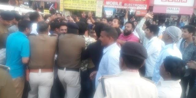 मोदी, शाह का पुतला दहन कर रहे कांग्रेसियों ने पुलिस पर किया पथराव | JABALPUR NEWS