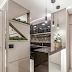 Cozinha corredor contemporânea preta e cinza com decor geométrico + passa-prato!