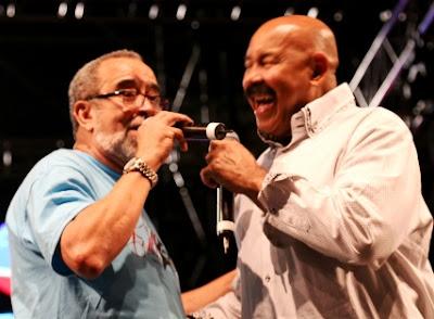 Foto de Andy Montañez cantando con otro cantante