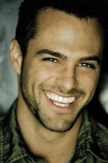gambar pria tersenyum
