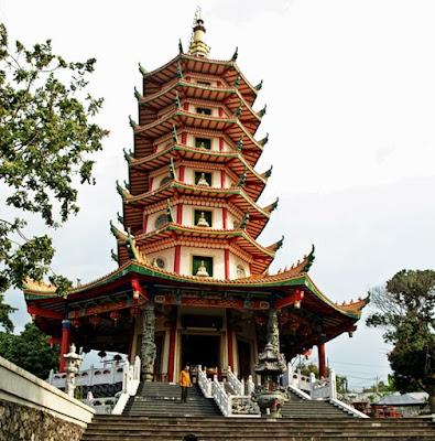 """Tempat wisata di Semarang """"Pagoda Buddhagaya Watugong"""""""