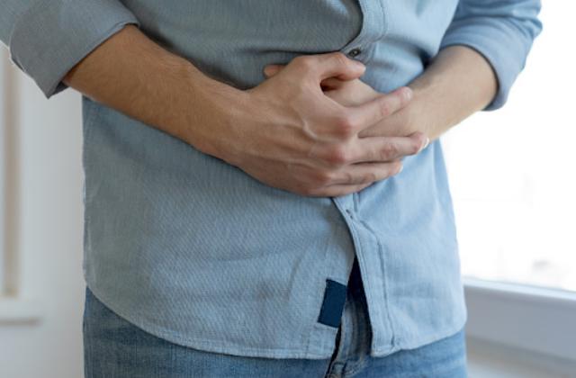 """Penyakit Botulisme Pada Manusia Pengertian Botulisme Botulisme adalah penyakit yang disebabkan oleh racun bernama clostridium botulinum. Clostridum botulinum memproduksi tujuh jenis racun (para ahli menamainya dari a hingga g). Bagaimanapun, racun a, b, e dan f yang memiliki kemampuan untuk menyebabkan penyakit pada manusia. Ada tiga bentuk botulisme termasuk keracunan makanan, botulisme luka, dan botulisme pada bayi.  Tanda dan Gejala Botulisme Kebanyakan gejala botulisme mulai muncul dari 12 hingga 36 jam setelah makan makanan yang tercemar. Sekitar 5 hingga 10% orang terjangkit botulisme fatal. Bentuk-bentuk pertama dari botulisme adalah : Ptosis (kelopak mata turun) Operasi mata Pandangan ganda (satu objek terlihat ada dua) Mulut kering Gagap Sulit menelan Otot melemah  Penyebab Botulisme Berpotensi terjangkit botulisme jika makanan yang di konsumsi mengandung racun. Racun yang umum adalah karena makanan tidak dimasak dengan benar. Selain itu, penyakit dapat terjadi karena bakteri masuk dari luka yang tidak di perhatikan. Kemudian bakteri berkembang dan menghasilkan racun. Kasus ini adalah yang paling sering terjadi pada orang-orang yang telah mengonsumsi obat-obatan. Selain itu, bayi dapat keracunan karena memakan spora dari tanah ketika bermain di luar, kemudian spora akan tumbuh dalam saluran pencernaan dan memproduksi racun.  Faktor Risiko Botulisme Faktor yang meningkatkan risiko terkena botulisme adalah sebagai berikut : Kebersihan makanan buruk Baru lahir Luka yang tidak dibersihkan  Nah itu dia bahasan dari penyakit botulisme pada tubuh manusia. Melalui penjelasan di atas bisa diketahui mengenai pengertian, tanda dan gejala, penyebab, dan faktor risiko dari penyakit ini. Mungkin hanya itu yang bisa disampaikan di dalam artikel ini, mohon maaf bila terjadi kesalahan di dalam penulisan, terimakasih telah membaca artikel ini.""""God Bless and Protect Us"""""""
