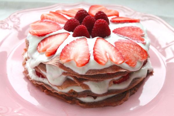 Crêpes de avena y remolacha: Tarta de crêpes y fresas para San Valentín