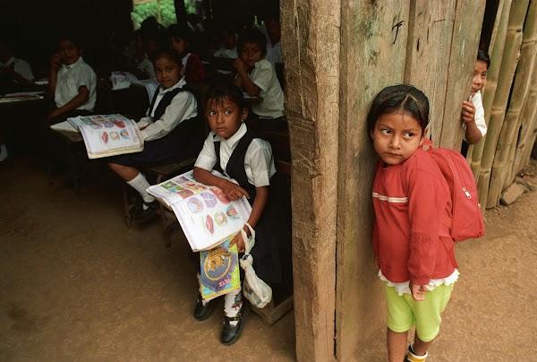 Peña Nieto presume avances en educación, pero más de la mitad de las escuelas rurales no tienen ni baños