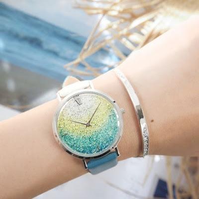 腕時計とブレスレットを着けた腕の写真