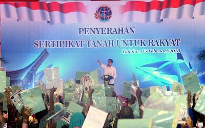Serahkan 3.850 Sertifikat Tanah di Takalar, Presiden Jokowi: Saya Titip, Tolong Diberi Plastik - Info Presiden Jokowi Dan Pemerintah