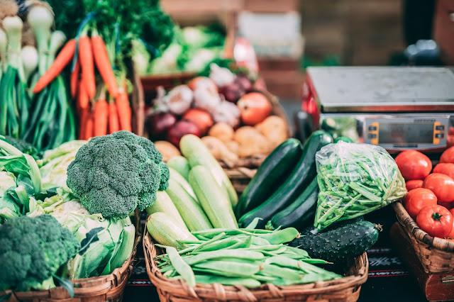 Alimenti contro la stitichezza: quali sono i cibi utili e quali sono da evitare