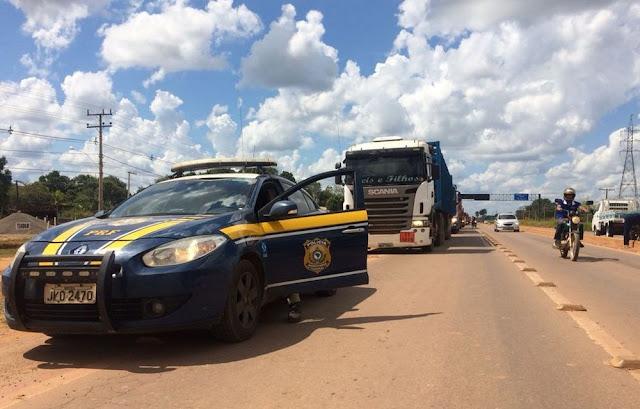 No Acre, caminhoneiros liberam passagem de caminhões com combustíveis, gás e cargas perecíveis após acordo com a PRF