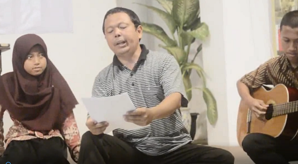 Aksi Teatrikal Pak Agus saat Baca Puisi Berjudul Anomal dan Krisis Eksistensi